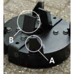 A nehéz pengéjű tárcsa keresztezi a függőlegesen elrendezett aprítólapátokat (A) és a vágókést (B).