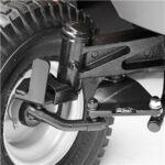 A nehéz, öntött elülső tengely egyedülálló egyensúlyt és stabilitást kölcsönöz még fűgyűjtővel együtt is.