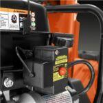 Elektromos indítás. Csatlakoztassa az áramforráshoz és indítsa be a motort a gomb megnyomásával. Ha a motor már meleg, könnyen lendületbe jön az indító fogantyúval.