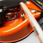 Víztömlő csatlakozó a vágóasztal tisztítására alkalmas. Csatlakoztassa a tömlőt, nyissa meg a vízcsapot és indítsa el a motort.